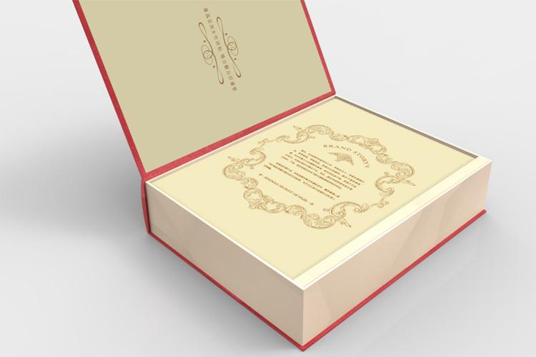 包装创意来源于传统书籍,以美丽魔法书的创意进行设计表现,赋予礼盒神秘感,采用欧式古书的结构形式呈现,图案优雅华丽,具有传统欧式庄重美感。包装视觉上具有较强的故事感,设计从人文角度去描述产品的价值。包装整体采用皮革材质,搭配烫金工艺,更加彰显产品品质感,结构上简约大方。 包装创意来源于传统书籍,以美丽魔法书的创意进行设计表现,赋予礼盒神秘感,采用欧式古书的结构形式呈现,图案优雅华丽,具有传统欧式庄重美感。包装视觉上具有较强的故事感,设计从人文角度去描述产品的价值。包装整体采用皮革材质,搭配烫金工艺,更